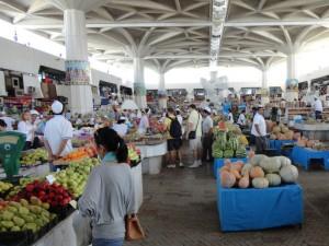 Русский базар в Ашхабаде. Вдали загадочный белый арт-объект.