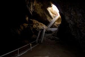 Лестница к озеру в пещере